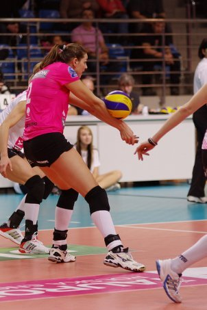 Volleyball forearm pass: Pro player during CEV Champions league (Jaroslaw Popczyk)
