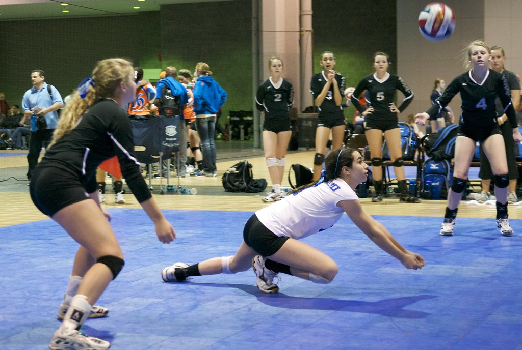 A town volleyball libero in action digging. Denis Wright photo