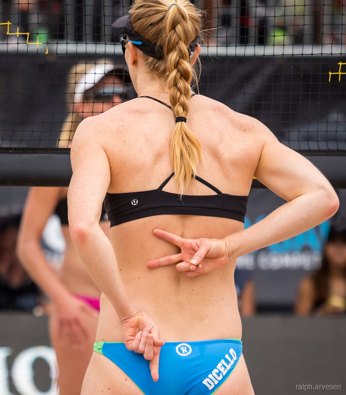 Why do players hold up fingers behind their back? Beach volleyball hand signals are used by players to indicate to their playing partner the defense they intend to adopt. (R. Aversen)
