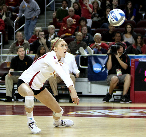 USC volleyball passer Photo by Neon Tommy