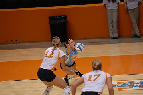 Volleyball Libero: Tennessee Vol Libero Digging (Tennessee Journalist)