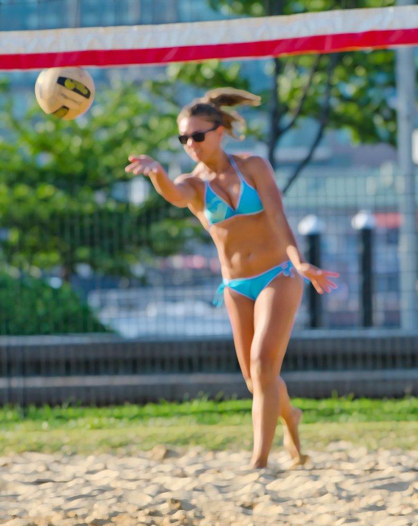 Here's a ten-step underhand volleyball serve checklist for beginner players. (Craig Fildes)